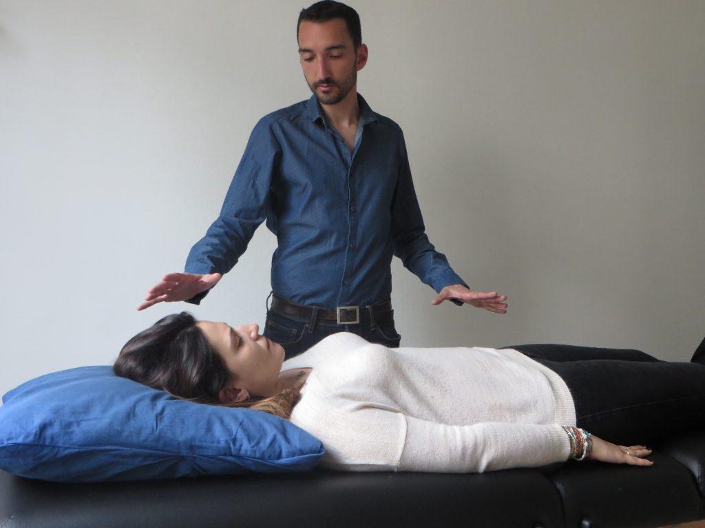 Magnétiseur soignant une patiente